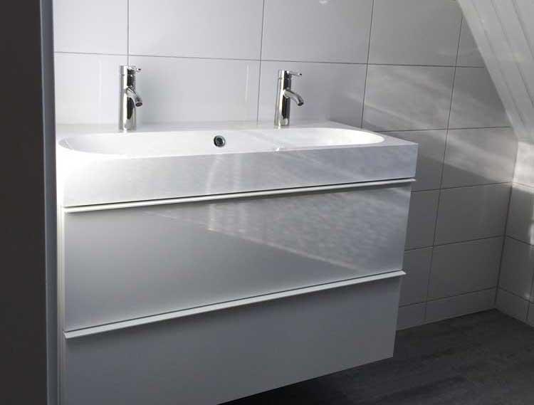 Vernieuwen badkamer met inloopdouche, wastafelmeubel en toilet